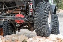 Le fond de la jeep se tenant sur la pierre Photographie stock libre de droits