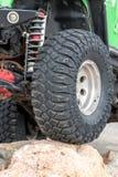 Le fond de la jeep se tenant sur la pierre Photos stock