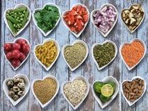 Le fond de la nourriture de céréales dans des cuvettes en forme de coeur a placé sur le vieux vint Images libres de droits