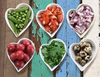 Le fond de la nourriture de régime dans des cuvettes en forme de coeur a placé sur le vintage courtisent Image stock