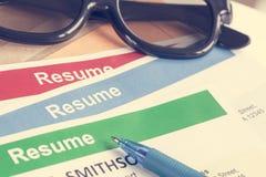 Le fond de lettre de résumé et les verres, stylo, peuvent employer comme recruitmen Image stock