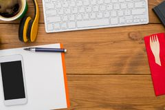 Le fond de lieu de travail avec le bureau objecte sur le bureau en bois, à plat configuration Image libre de droits