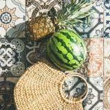 Le fond de mode de vie d'été avec des fruits et la paille mettent en sac, culture carrée Photos stock