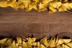 Le fond de nachos de tortilla a tiré de ci-dessus avec l'endroit pour dedans Image stock