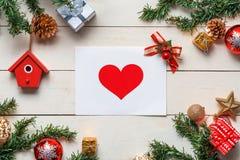 Le fond de Noël avec des décorations avec des cartes de voeux courtisent dessus Photographie stock
