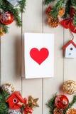 Le fond de Noël avec des décorations avec des cartes de voeux courtisent dessus Photos libres de droits