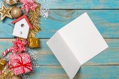Le fond de Noël avec des décorations avec des cartes de voeux courtisent dessus Photographie stock libre de droits
