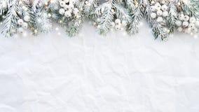 Le fond de Noël avec l'arbre de Noël sur le blanc a plissé le fond Carte de voeux de Joyeux Noël, cadre, bannière photos stock