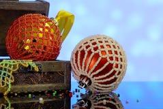 Le fond de Noël avec la boîte en bois et les boules ont décoré les perles en verre Photographie stock libre de droits