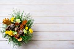 Le fond de Noël avec les cônes d'or de vacances a décoré le centerp Photographie stock