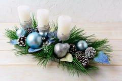 Le fond de Noël avec les ornements bleus a décoré le bougeoir Photos libres de droits