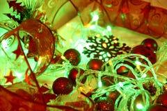 Le fond de Noël coloré et de nouvelle année est décoré des lumières des guirlandes, des boules rouges de scintillement, du flocon image libre de droits