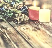 Le fond de Noël, Noël a décoré l'arbre de sapin, cadeaux, bougies, cadeaux Bokeh de fête Bokeh de Noël Scintillement d'or, chute  Photos libres de droits