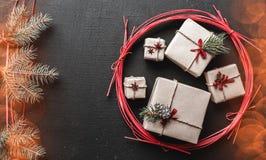 Le fond de Noël pendant des vacances d'hiver avec les cadeaux de Noël et le sapin s'embranche symbole vert de neige avec l'effet  Photos stock