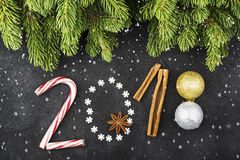 Le fond de nouvelle année des flocons de neige, bonbons, sucreries, cannelle, boules numérotent l'année 2018 Photo libre de droits