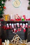 Le fond de nouvelle année par la cheminée Photographie stock libre de droits