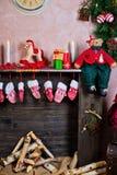 Le fond de nouvelle année par la cheminée Photos stock