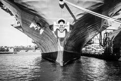 Le fond de quille du noir en acier et du petit morceau de porte-avions de navire de bateau Photos stock