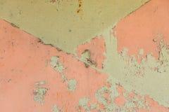 Le fond de rouille sur le rose et le vert a peint le métal, détail de panneau image stock