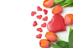 Le fond de Saint-Valentin avec des fleurs de tulipe et le coeur forment le boîte-cadeau sur le blanc Image libre de droits