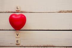 Le fond de Saint Valentin avec le coeur et le mot aiment Image libre de droits