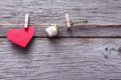 Le fond de Saint Valentin, coeur de papier et a monté sur le bois Photo stock