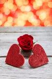 Le fond de Saint Valentin, les coeurs faits main sur le bois avec des vacances s'allume Image libre de droits