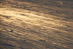Le fond de ski - voies inclinées de ski sur la pente de ski - ski traîne sur la pente de ski Photographie stock