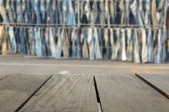 Le fond de tache floue du bois de terrasse et le Jean font des emplettes sur le marché Image stock