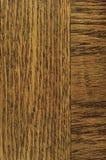 Le fond de texture de placage de grain de chêne, verticale naturelle de brun de noir foncé a rayé le grand macro en bois rocaille image libre de droits