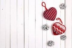 Le fond de vacances d'hiver avec le coeur et la neige tricotés a peint pi Photographie stock
