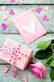 Le fond de Valentine avec cadeaux, fleur et carte Image libre de droits