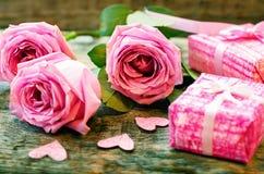 Le fond de Valentine avec cadeaux, fleur et carte Photographie stock