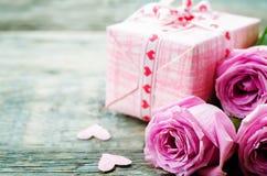 Le fond de Valentine avec cadeaux, fleurs et carte Photo stock