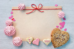 Le fond de Valentine avec des biscuits Photos stock