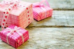 Le fond de Valentine avec des cadeaux Photos stock