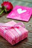 Le fond de Valentine avec des cadeaux Photo stock