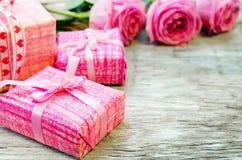 Le fond de Valentine avec des cadeaux et des fleurs Photos stock