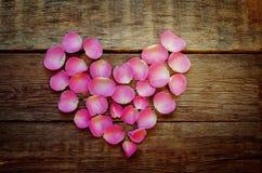 Le fond de Valentine avec des pétales de rose sous forme de coeur Photos libres de droits