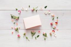 Le fond de Valentine avec la rose de rose fleurit le cercle, carte de papier faite main avec l'espace de copie sur le bois rustiq Photos stock