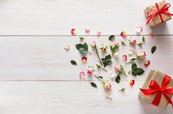 Le fond de Valentine avec la rose de rose fleurit le coeur et les boîte-cadeau avec l'espace de copie sur le bois rustique blanc Photos libres de droits