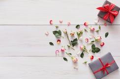 Le fond de Valentine avec la rose de rose fleurit le coeur et les boîte-cadeau avec l'espace de copie sur le bois rustique blanc Photographie stock libre de droits