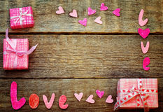 Le fond de Valentine avec le cadeau et amour de mot Photos libres de droits