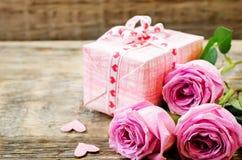 Le fond de Valentine avec le cadeau et les fleurs Image stock