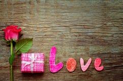 Le fond de Valentine avec le cadeau, la fleur et le mot aiment Images stock