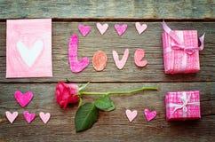 Le fond de Valentine avec le cadeau, la fleur, la carte et le mot aiment Image libre de droits