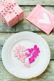 Le fond de Valentine avec le cadeau, le plat et la carte Photos libres de droits