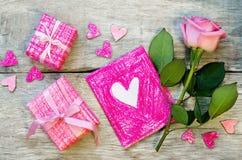 Le fond de Valentine avec les cadeaux, la fleur et la carte Photographie stock