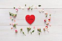 Le fond de Valentine avec le rose fait main de carte de papier de forme de coeur en fleurs roses entourent sur le bois rustique b Images libres de droits