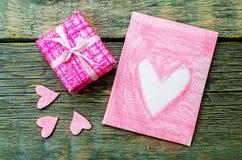 Le fond de Valentine avec un cadeau et une carte Image stock